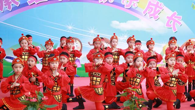 《红星闪闪》,多姿多彩,载歌载舞,氛围热烈而有序,将颂读与舞蹈交相